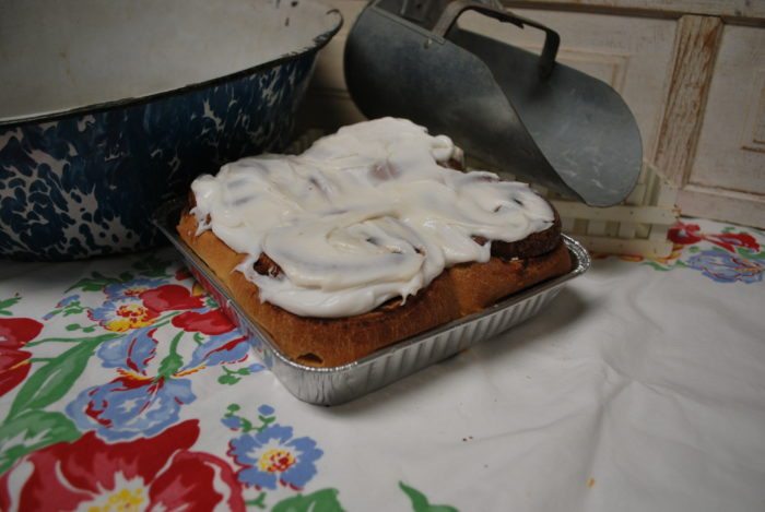 4 pack cinnamon rolls with white frosting